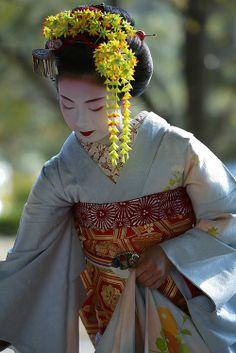 Kimika, a maiko (apprentice geisha). Geisha Japan, Geisha Art, Yukata, Japanese Kimono, Japanese Art, Kimono Japan, Japanese Beauty, Asian Beauty, Kyoto