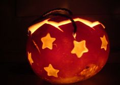 Räbeliechtli mit Sternen, Foto: lilly vanilly Pumpkin Carving, Lanterns, Traditional, Quilts, Deco, Halloween, Kindergarten, Inspiration, Sewing
