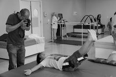 Criança faz pose para o fotógrafo Kazuo Okubo.