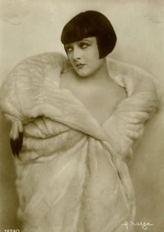 1920s postcard of the always stunning Lya De Putti