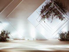 photozone Wedding Backdrop Design, Wedding Reception Backdrop, Wedding Stage Decorations, Wedding Mandap, Floral Backdrop, Wedding Wall, Flower Installation, Geometric Wedding, Indoor Wedding