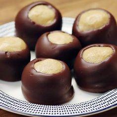 No-Bake Chocolate Peanut Butter Balls (Buckeyes) Recipe by Tasty Peanut Butter Balls, Peanut Butter Recipes, Chocolate Peanut Butter, Candy Recipes, Baby Food Recipes, Cookie Recipes, Dessert Recipes, Christmas Desserts, Christmas Baking