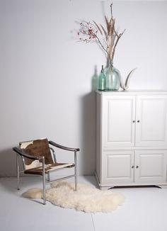 Yekka | Robuust leven www.yekka.nl  #interieur #stoer #robuust #robuustleven #abstract #interior #studio #fotografie #studiofotografie #schapenvacht #schapenvachtje #gewei #decoratie #styling #stijl #lecorbusier #corbusier