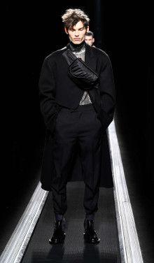 UPDATE: Kim Jones' Dior Collection Puts Artful Motifs and Proportions in Focus: KAWS, Hajime Sorayama and now Raymond Pettibon. Men's Fashion, Fashion Week, Winter Fashion, Paris Fashion, Fashion Details, Fashion Trends, Dior Men, Christian Dior Homme, La Mode Masculine