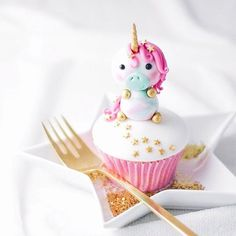 Ending the weekend with this sweet unicorn by @junipercakery is a must. Isn't it so cute?! They're sharing a tutorial on their site on how to make it. Wishing you #sweetdreams! #BPSunicornmonth #UnicornPartyCelebration #bakerspartyshop #baker #unicorn #partytime #Regram via @bakerspartyshop