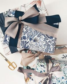 A little Sunday afternoon gift wrapping, and I'm totally crushing on this double silk ribbon combo! A little Sunday afternoon gift wrapping, and I'm totally crushing on this double silk ribbon combo! Creative Gift Wrapping, Present Wrapping, Gift Wrapping Paper, Christmas Gift Wrapping, Diy Christmas Gifts, Creative Gifts, Holiday Gifts, Birthday Gift Wrapping, Wrapping Papers