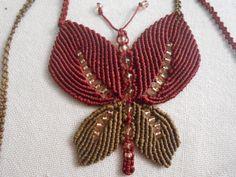 α Macrame Tutorial, Micro Macrame, Butterfly Necklace, Paracord, Garden Design, Diy And Crafts, Jewelry Making, Christmas Ornaments, Beads