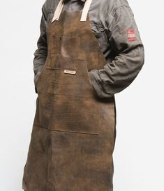 Leather Working, Metal Working, Carnicerias Ideas, Craft Ideas, Shop Apron, Work Aprons, Leather Apron, Leather Workshop, Apron Designs