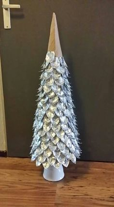 Kerstboom van de cupjes van waxinelichtjes Aluminum Can Crafts, Metal Crafts, Recycled Crafts, Diy Crafts, Cone Christmas Trees, Christmas Tag, Christmas Crafts, Tin Can Art, Tin Art