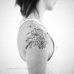 Tatuagem criada por Clari Benatti do Rio de Janeiro.  Flores em fineline no ombro.