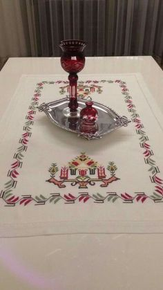This Pin was discovered by şer Cross Stitch Borders, Cross Stitch Designs, Cross Stitch Patterns, Palestinian Embroidery, Linen Napkins, Bargello, Needlepoint, Diy And Crafts, Handmade