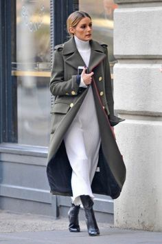 Olivia Palermo - in military style trench. - Total Street Style Looks And Fashion Outfit Ideas Fashion Mode, Fashion Outfits, Womens Fashion, Fashionable Outfits, Fashion Weeks, London Fashion, Couture Fashion, Fall Winter Outfits, Autumn Winter Fashion