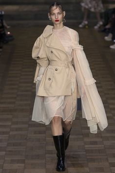 The complete Simone Rocha Spring 2017 Ready-to-Wear fashion show now on Vogue Runway. Fashion 2017, Couture Fashion, Runway Fashion, Fashion Outfits, Womens Fashion, Fashion Trends, Fashion Weeks, Fashion Details, Look Fashion