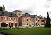 Zámek Sychrov vděčí za svou krásu francouzské revoluci Beautiful Castles, 17th Century, Gothic Fashion, Mansions, Architecture, House Styles, City, Czech Republic, Travel