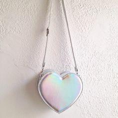 He encontrado este interesante anuncio de Etsy en https://www.etsy.com/es/listing/242343959/holographic-heart-faux-leather-crossbody