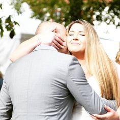 Der tollste Moment dieses Jahr war für mich als ich von meinen besten Freundinnen zu meinem Mann geführt wurde! Diese Emotionen und dieses Gefühl beschreibt dieses Bild am besten 😍😍😍😍 ich liebe es 😍😍😍😍 #emotion #wedding #hochzeit #freietrauung #love #liebe #gefühl #mein2017 #2017best #2017