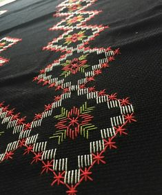 This Pin was discovered by Gül Scandinavian Embroidery, Swedish Embroidery, Free Swedish Weaving Patterns, Embroidery Stitches, Hand Embroidery, Monks Cloth, Bordados E Cia, Drawn Thread, Bargello