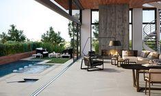 La piedra es, por su naturalidad y mimetización por el entorno, una de las estéticas más vistas en exteriores. Lo mismo ocurre en materia de azulejos para piscinas, donde las baldosas más fielmente inspiradas en los materiales naturales se extienden y alargan de las terrazas a los bordes e interior de las piscinas. El efecto endless que se consigue es exquisito y desdibuja las fronteras entre interior y exterior. Ceramica Exterior, Exterior Tiles, Interior Exterior, Imperial Tile, Living Room Designs, Living Spaces, Garden Paving, Outdoor Furniture Sets, Outdoor Decor