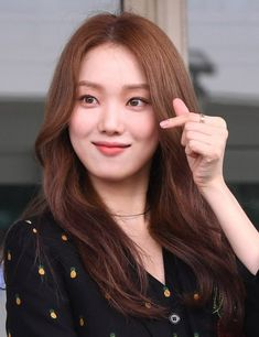 Lee Sung-kyung poses at Incheon International Airport on Friday on her way to a fashion show in Italy. Korean Actresses, Korean Actors, Kim Bok Joo Lee Sung Kyung, Lee Sung Kyung Wallpaper, Weightlifting Fairy Kim Bok Joo Wallpapers, Japonese Girl, Ahn Hyo Seop, Korean Entertainment News, Pinup Girl Clothing
