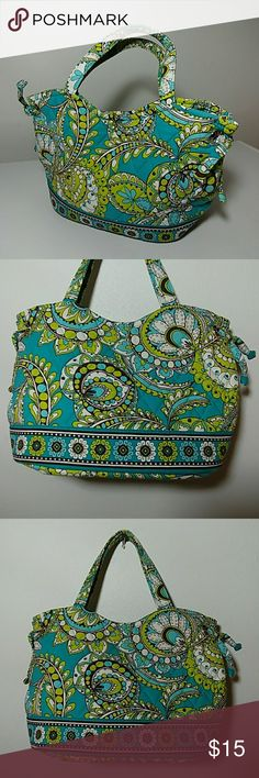 💚🌻Beautiful VERA BRADLEY Small Handbag🌷💚 Up for grabs is this very adorable and beautiful small Vera Bradley handbag. This handbag is in excellent top-notch preowned condition. It is in the colors of green and turquoise. This would make a great handbag for spring and or Easter day. Check out my closet for more women's handbags. Thanks for looking. Vera Bradley Bags