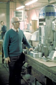 Sheet Metal Fabrication, Star Wars Set, Star Wars Droids, Star Wars Models, Star Wars Pictures, A New Hope, Carrie Fisher, Retro Futurism, On Set
