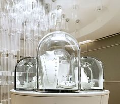 Jewerly Store Design Van Cleef Arpels For 2019 Interior Design Hong Kong, Top Interior Designers, Shop Interior Design, Showroom Design, Van Cleef Arpels, Jewellery Shop Design, Jewellery Display, Jewelry Shop, Gold Jewellery