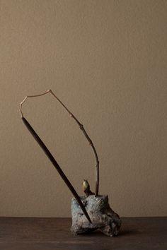 2012年2月24日(金)      古武士のような実に、蕗の薹のやさしさを添えて。  花=花木大角豆(ハナキササゲ)、蕗の薹(フキノトウ)  器=伊賀匣鉢(桃山時代)