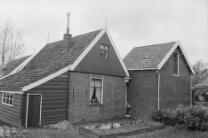De Rijp begin jaren 1970. Lievelandsbuurt 3. Achterkant van woonhuis (links) en …