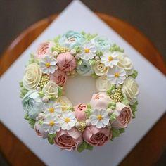 블랑비 플라워케이크~ 생일파티용 케이크를 주문해 주셨어요~ 블랑비의 아가아가스타일의 색감 그대로 리스형태로 변형해서 요청해주셨는데 산뜻한 봄꽃…