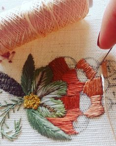 #ricamomano #broderiemain #broderie #embroidery #needleart #needlepoint #needlework #madeinportugal #bordadoaseda #silkthreads #wip #bordadosdecastelobranco #textilart #agulhaelinha #handmade #bordado #bordadoàmão #stitchers #textilart #artesanato #artsandcrafts #bordadoaseda Rose Embroidery, Hand Embroidery Stitches, Embroidery Designs, Hand Embroidery Tutorial, Rose Tutorial, Simple Rose, Little Stitch, Embroidered Flowers, Leaf Tattoos