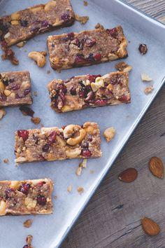 Snack barretta: ricchi di frutta secca e mirtilli rossi, sono perfetti per recuperare energie. Pronti per un break  Dried fruit and red berries snack
