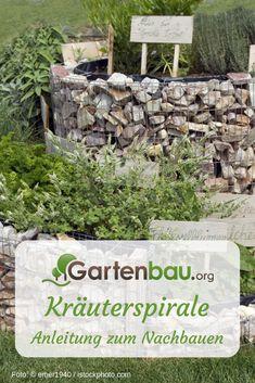 Kräuterspiralen sind schneckenförmige, zur Mitte hin ansteigende Kräutergärten. Aufgrund dieser Form werden sie auch als Kräuterschnecken bezeichnet. Kräuterspiralen können Sie entweder selbst anlegen oder als fertiges Pflanzengefäß kaufen, das Sie zu Hause nur noch mit Erde zu füllen und bepflanzen brauchen. #Garten #Nutzgarten #GartenDIY #DIY #Kräutergarten #Kräuterspirale Kraut, Form, Firewood, Patio, Small Herb Gardens, Diy Herb Garden, Woodburning