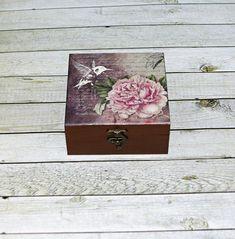 Romantická+s+kolibříkem+Dřevěná+krabička+o+rozměrech+cca13,2+x13,2+cm+a+výšce+6+cm.+Krabička+je+natřena+akrylovými+barvami,+ozdobená+technikou+decoupage+(rýžový+papír)+a+zapínáním.+Následně+přetřena+lakem+s+atestem+na+hračky.+Uvnitřnechána+přírodní. Decoupage, Decorative Boxes, Create, Handmade, Home Decor, Hand Made, Decoration Home, Room Decor, Home Interior Design