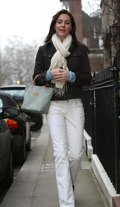 Winter White: Kate Middleton Pictures - Celebrity Photos at Hollyscoop Kate Middleton Outfits, Middleton Family, Kate Middleton Photos, Kate Middleton Style, Prince William And Kate, William Kate, King William, Princesse Kate Middleton, Walks In London