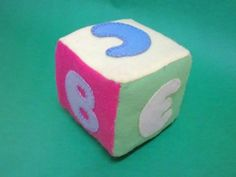Cubos de feltro Um cubo de feltro macio, que parece ter sido comprado em loja... mas que foi feito por você! Mesmo que seu filho não seja mais um bebê, ele vai gostar de aprender a ler com um brinquedo tão bonito. Cubos de feltro...