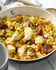 Een lekker eenvoudige paella, met stukjes kip en chorizo. Een heerlijk Spaans eenpansgerecht, ideaal voor op een warme zomers avond!
