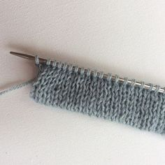 Crochet Tutorial Knitting a folded hem - a tutorial by La Visch Designs - Making a folded hem or edge on a knitted garment is the way to give a project an edge in stockinette stitch that does not roll. Vogue Knitting, Knitting Help, Knitting Stiches, Loom Knitting, Knitting Needles, Crochet Stitches, Hand Knitting, Knitting Patterns, Strands