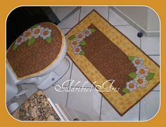 Jogo de Banheiro Bathroom Rugs, Bath Rugs, Quilting Projects, Sewing Projects, Place Mats Quilted, Antique Quilts, Bath Mat Sets, Mug Rugs, Hot Pads