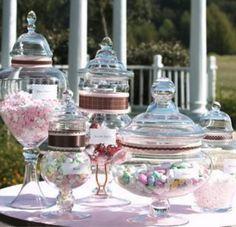 Snapevent/CANDY BAR/Cette bonne idée venue tout droit d'outre Atlantique est en passe de devenir incontournable cette année : offrir à ses invités pour la soirée un bar à bonbons !  Dans de jolis bonbonnières ou vases d'apothicaires à l'ancienne, multicolore ou dans vos couleurs, il apporte un plus esthétique et gourmand indéniable…