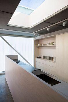 Une simple séparation en panneau de contreplaqué entre la cuisine et la pièce. Sobre et élégant.  #kitchen #plywood Slip House, London, by Carl Turner Architects.