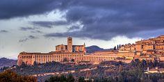 """Sei mai stato ad Assisi, la patria di Chiara e Francesco? No? Allora, prima di partire, leggi questo articolo e scopri tutto ciò che devi sapere sulla """"Città della Pace"""". #Assisi #BasilicadiSanFrancesco #Panorama #Umbria #Italia #Italy"""