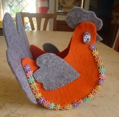 Gallinella di Pasqua in feltro. Felt Easter Hen Tutorial. Realizzazione di giuseppina ceraso  crocettando https://crocettando.wordpress.com/2015/02/21/gallinella-di-pasqua-in-feltro-tutorial/