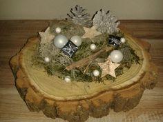 Kerststukje op boomstam