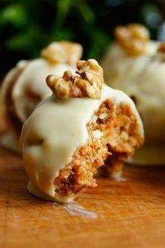 Trufle z marchewką, daktylami i migdałami Healthy Desserts, Delicious Desserts, Yummy Food, Cookie Recipes, Dessert Recipes, Food Combining, Snacks, Food Cakes, My Favorite Food