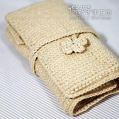 Hola!! hice este porta aguja para regalarle a la abuela de mi marido y me encanto como quedo terminado! ahora estoy tejiendo uno para mi. ... Crochet Hook Case, Crochet Stitches, Crochet Hooks, Knit Crochet, Crochet Bags, Lilly Doll, Pen Case, Knitted Bags, Knit Bag