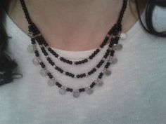 Siyah inci ve beyaz kristalli kolye.