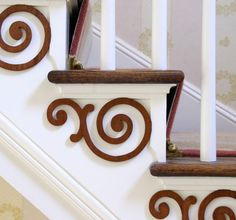 12 Share 12 Record An interesting idea to decorate the outside of your stairs often simple and smooth! Naturally glue corner moldings with the pattern of your choice in a classic, modern, design or self created style. If your staircase lacks style, here Home Renovation, Home Remodeling, Stair Brackets, Corner Moulding, Diy Home Decor, Room Decor, Staircase Makeover, Creation Deco, Foyer Decorating