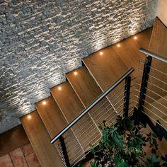 led treppenbeleuchtung hölzerne stufen steinwand                              …
