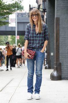Caroline de Maigret in jeans en met een tas van Chanel.