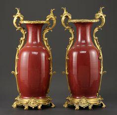 Ein Paar Sang de boeuf Vasen Frankreich 19. Jhdt. Vergoldete Bronzemontierung im Louis XV-Stil. Va — Skulpturen, Möbel, Kunsthandwerk